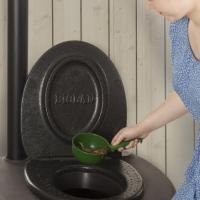rajoutez de la litière dans une toilette sèche Biolan éco